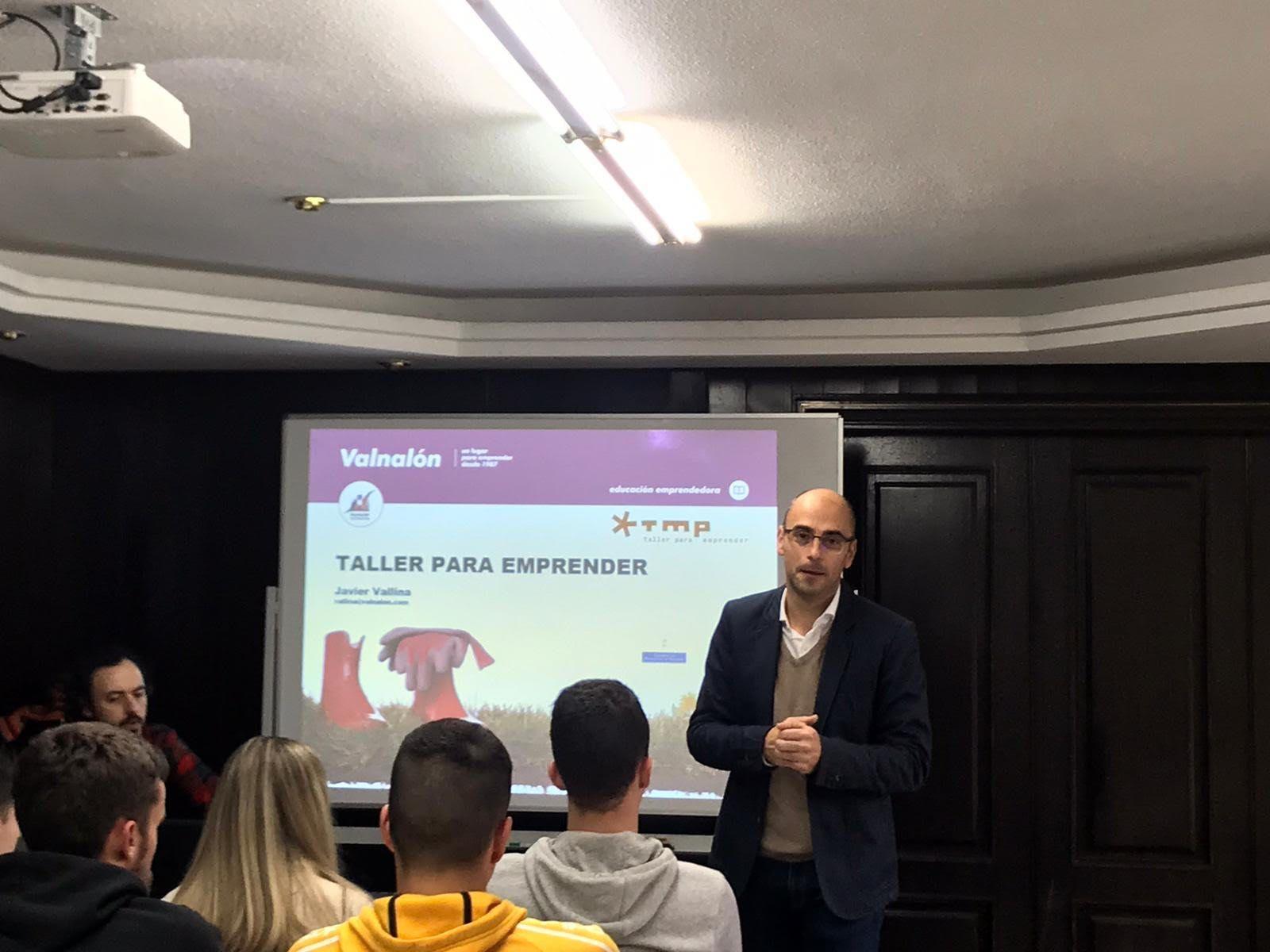 Eduardo díaz consultor de comercio internacional en una charla impartida a los alumnos de Administración y finanzas